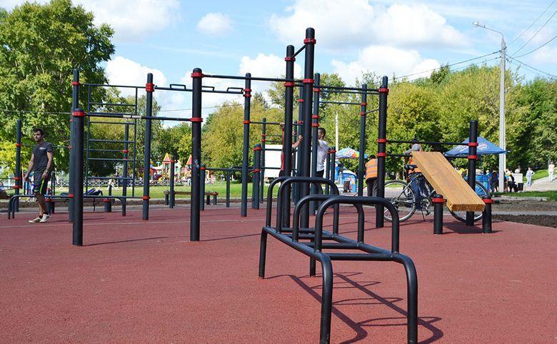 Спортивная зона, уличные тренажеры и детские тематические площадки во дворе
