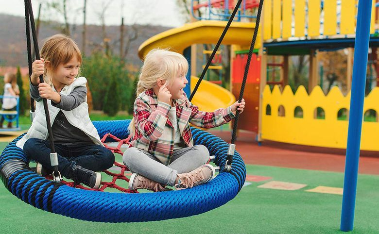 Двор разделен на зоны отдыха для взрослых и детей