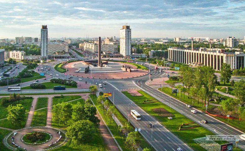 Расположен в престижном Московском районе