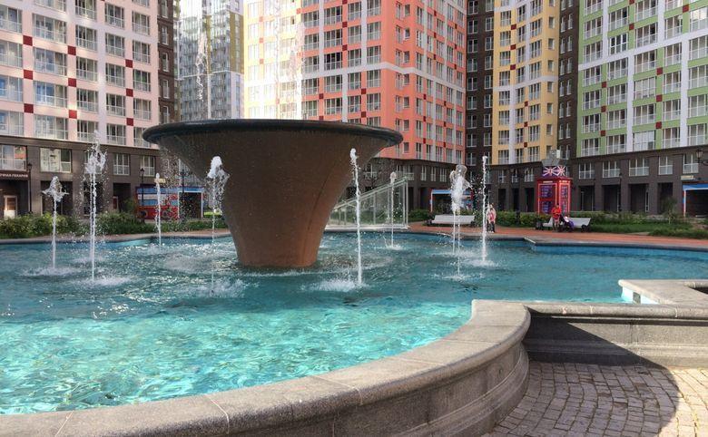 Площадь с ресторанами и фонтаном в центре квартала